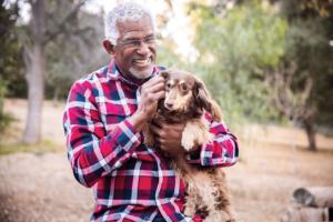 Main holding dog